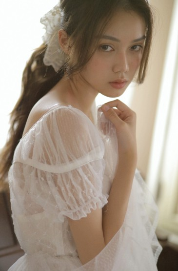 <蕾丝裙美女温婉迷人写真图片