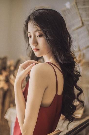 <紅裙美女風情嫵媚寫真圖片