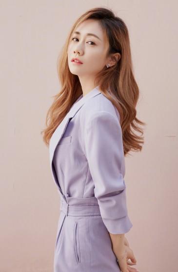 <劉蕓紫色西裝優雅寫真圖片