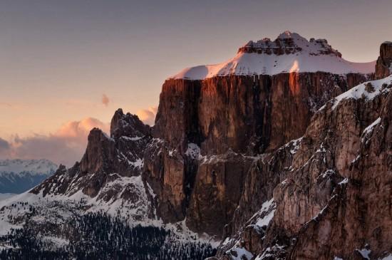 巍然挺拔的高山风景桌面壁纸