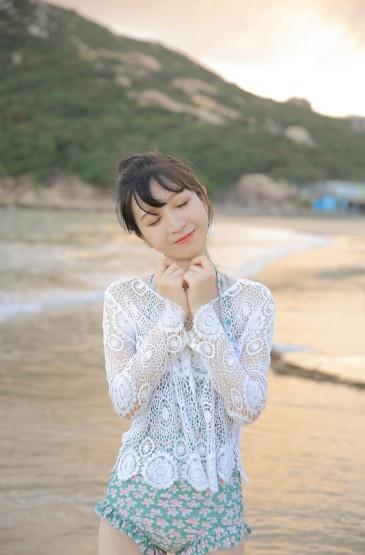 <性感美女蕾丝上衣热裤沙滩写真图片