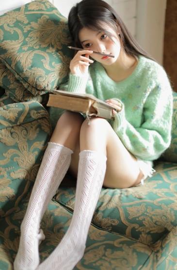 长发美女性感美腿撩人写真图片