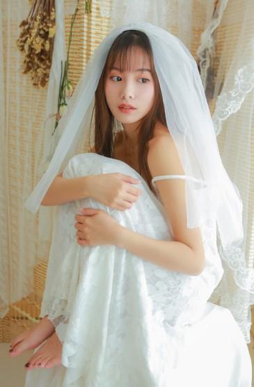 <婚纱美女蕾丝吊带性感写真图片