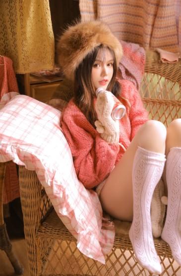 粉红毛衣美女美腿丝袜性感写真图片