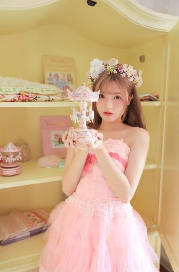 粉裙美少女性感甜美写真图片