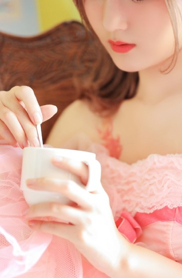 <粉裙少女性感甜美私房写真图片