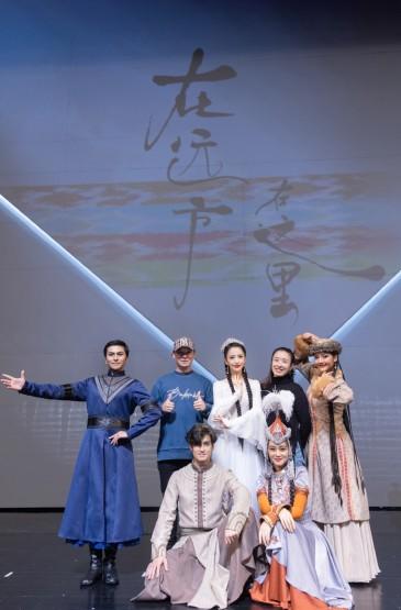 佟丽娅白色民族服装长裙性感活动照图片