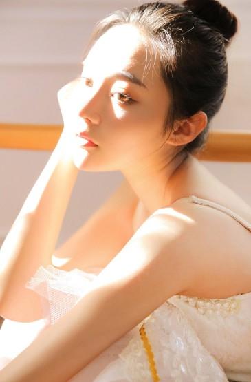 白嫩芭蕾美女性感婀娜写真图片