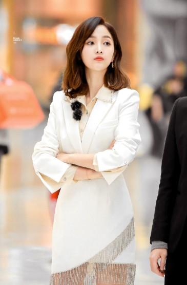 吳宣儀白西裝短裙性感圖片