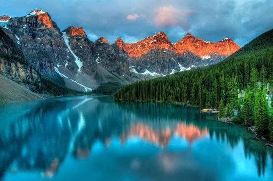 平靜唯美的湖泊風光桌面壁紙
