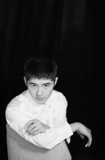 刘昊然黑色礼服绅士大方写真