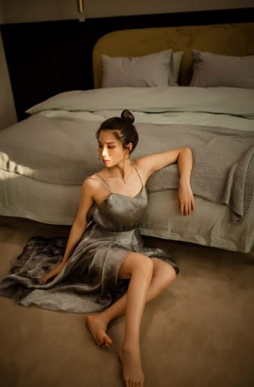 性感尤物美女吊带裙大胆露背诱人写真