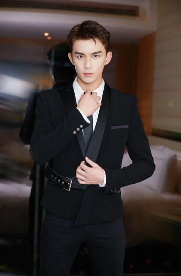 <吴磊超帅黑色西装写真图片