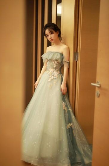 <馮提莫霧霾藍長裙氣質寫真圖片