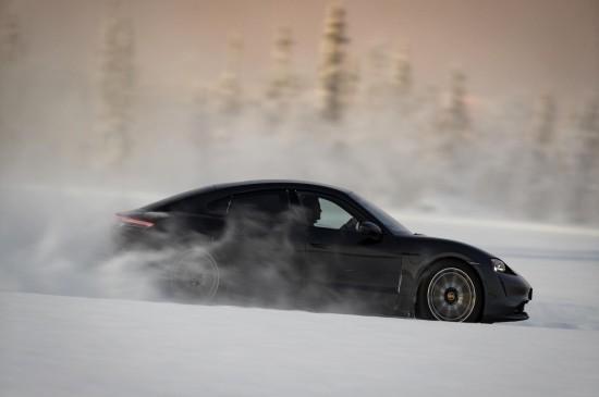 雪地里的跑车高清桌面壁纸