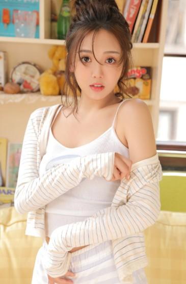 甜美吊帶美女白皙美腿性