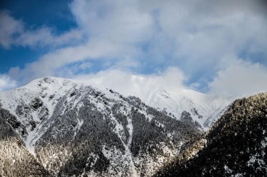 巍峨壯觀的雪山風景桌面壁紙