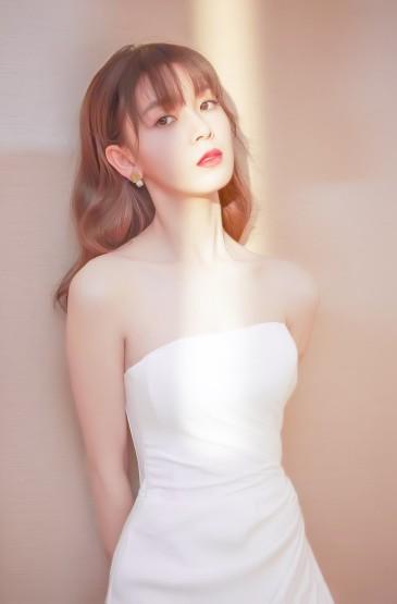 陳瑤抹胸白裙性感寫真圖