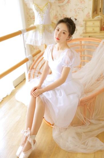 白皙吊带裙美女性感美腿