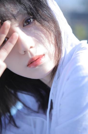 白皙气质美女清新性感写