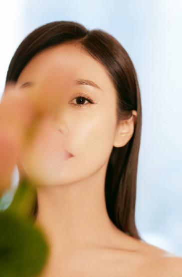 <劉蕓黑色魚尾長裙優雅性感寫真