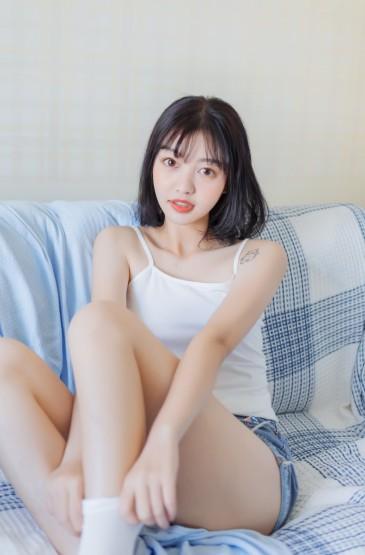 <日系美女吊带热裤性感诱人写真图片