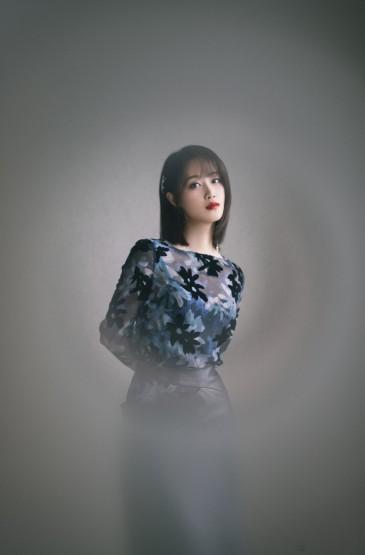 蓝盈莹透视印花裙写真图片