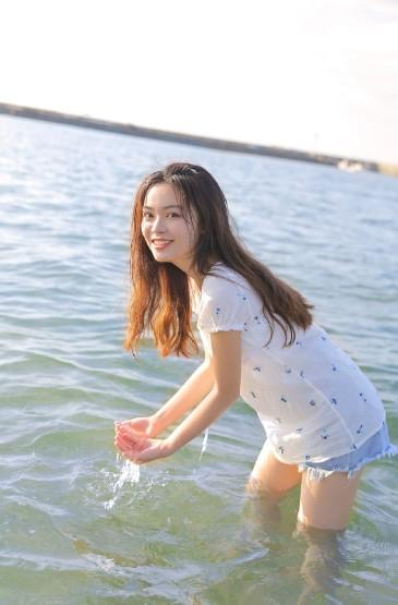 <白嫩美腿美女海邊浪漫寫真圖片