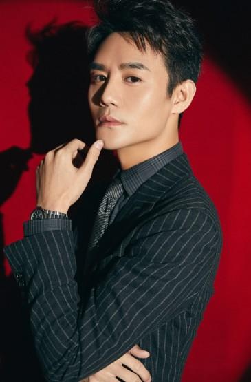 王凯条纹西装帅气写真图片