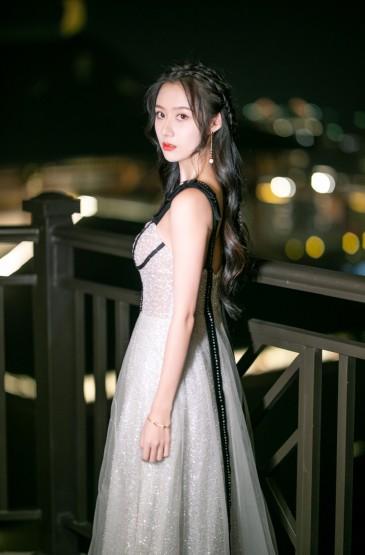 <曹曦月白裙优雅性感写真图片