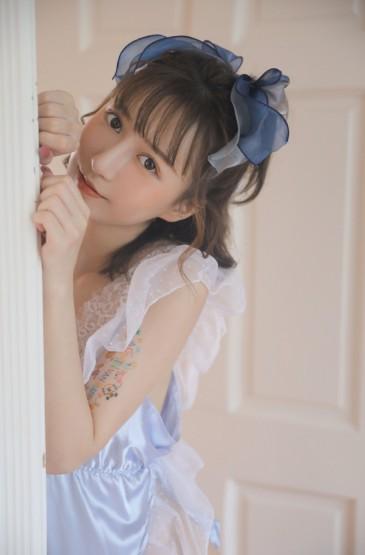 <睡衣美女深V蕾丝诱人性感写真图片