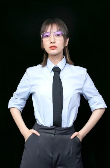 <吴昕蓝衬衫时尚优雅写真图片