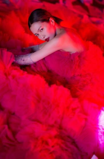 <谭维维玫粉色蓬蓬裙性感写真