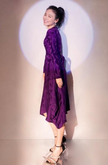 马思纯紫色缎面长裙优雅性感写真