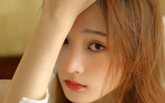 <肤白貌美的吊带美女居家清爽迷人写真