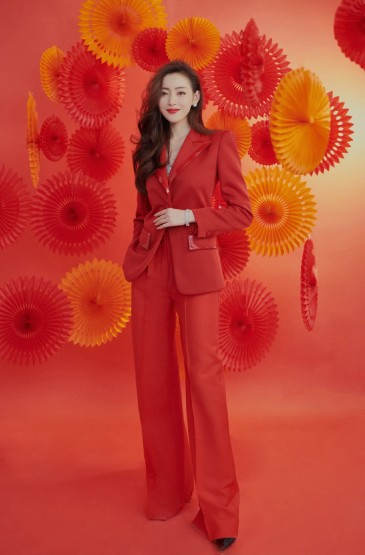 张天爱红色西装率性迷人