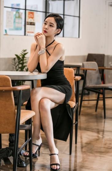 丰满尤物美女吊带裙性感