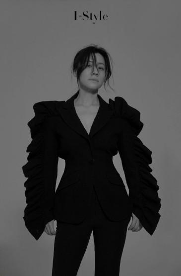 刘琳露背装性感时尚写真