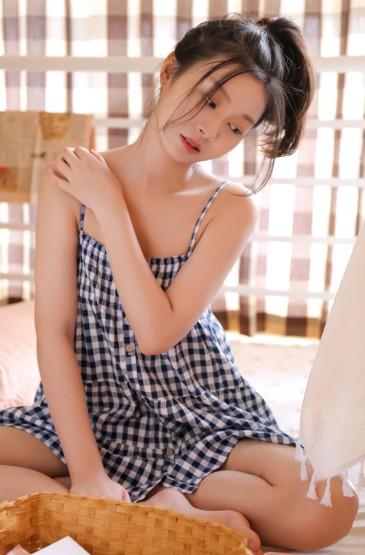 格子吊帶裙美女手機壁紙