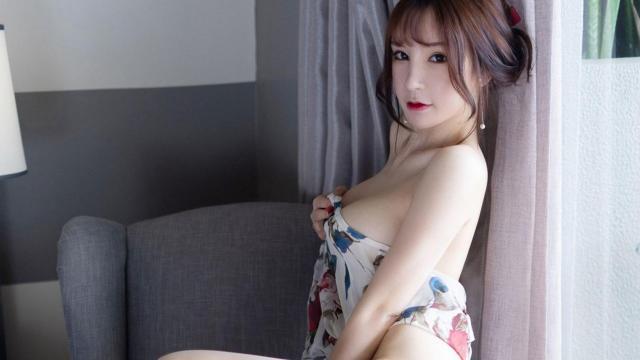 <白嫩大胸美女私房诱人美腿白丝诱惑写真