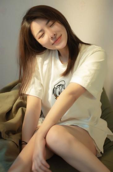 <清新长发美女白皙美腿诱惑写真图片