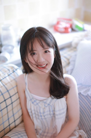白皙嬌嫩美女性感吊帶裙