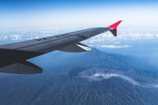 机翼下的蓝天美景图片桌