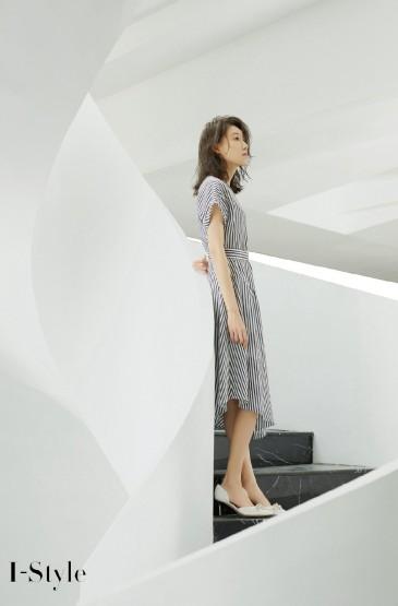 高露条纹连衣裙写真图片