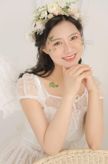 <白皙美女蕾絲長裙性感養眼寫真圖片