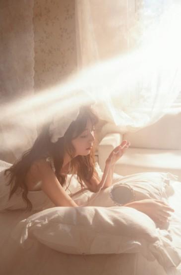 白皙卷发美女吊带睡衣性感写真图片