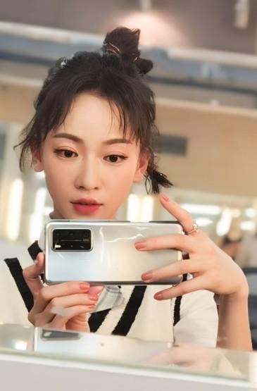 <吴谨言学生制服自拍照图片