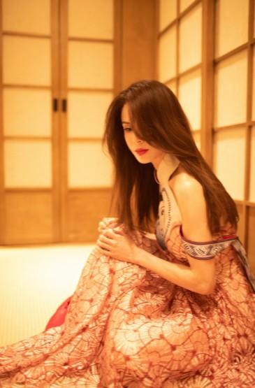 李若彤穿露肩长裙优雅写真图片